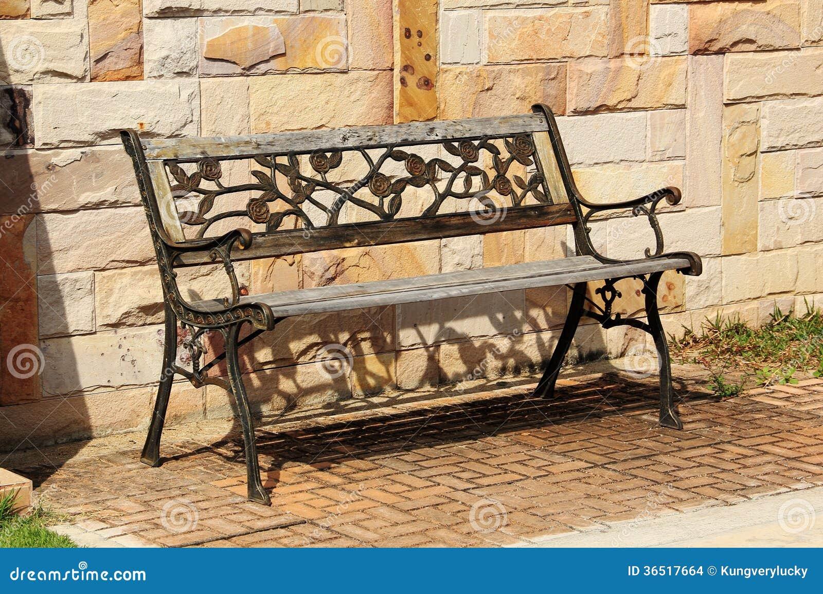 Vieux banc en bois et en métal