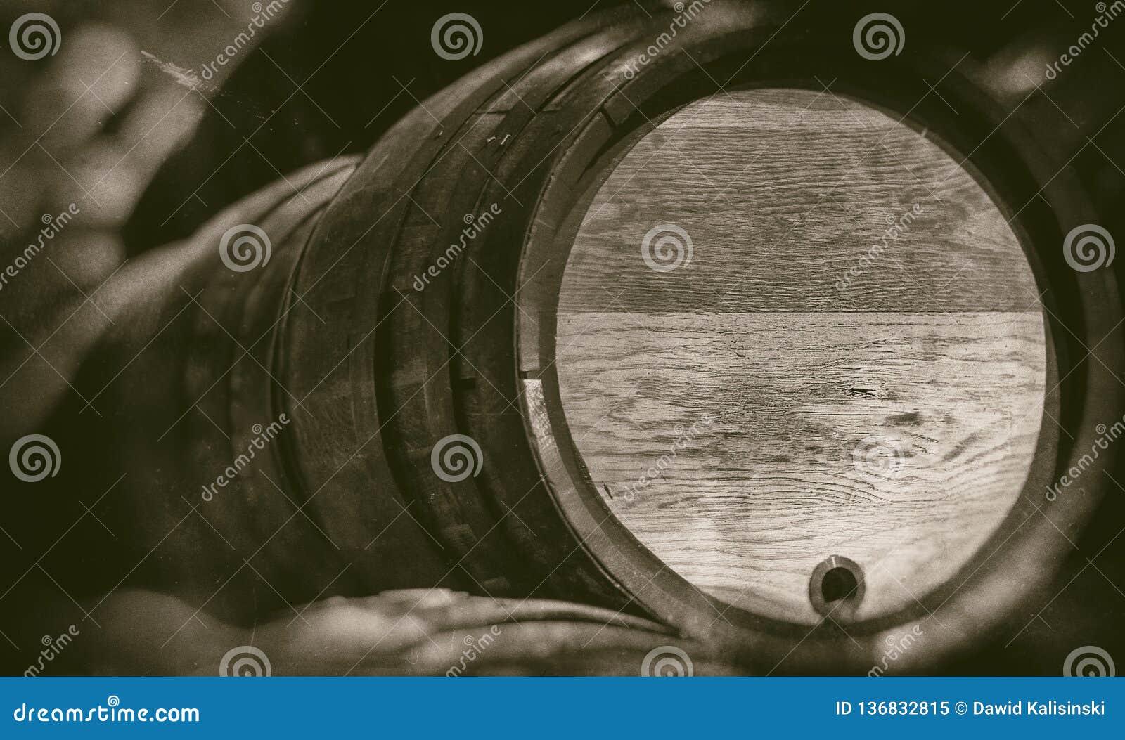 Vieux barils dans la cave de cru avec le fond brouillé - rétro photographie