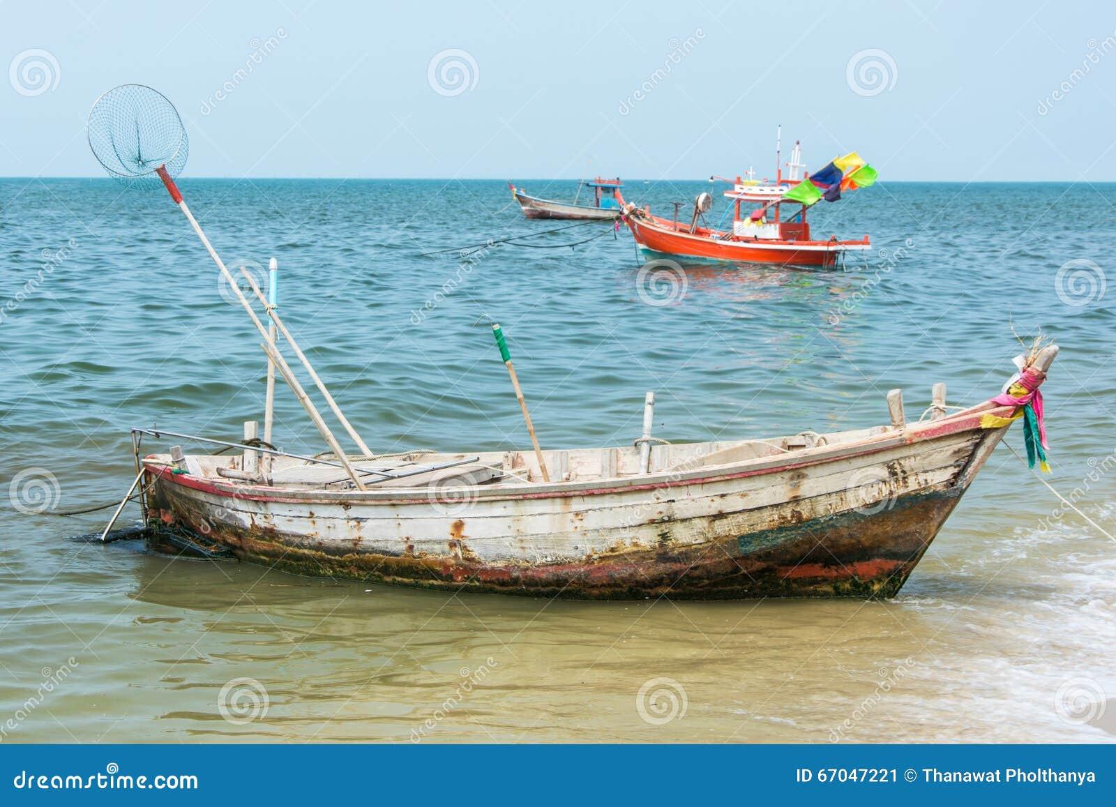 Vieux bateau à rames rouillé pour pêcher le stationnement près de la plage