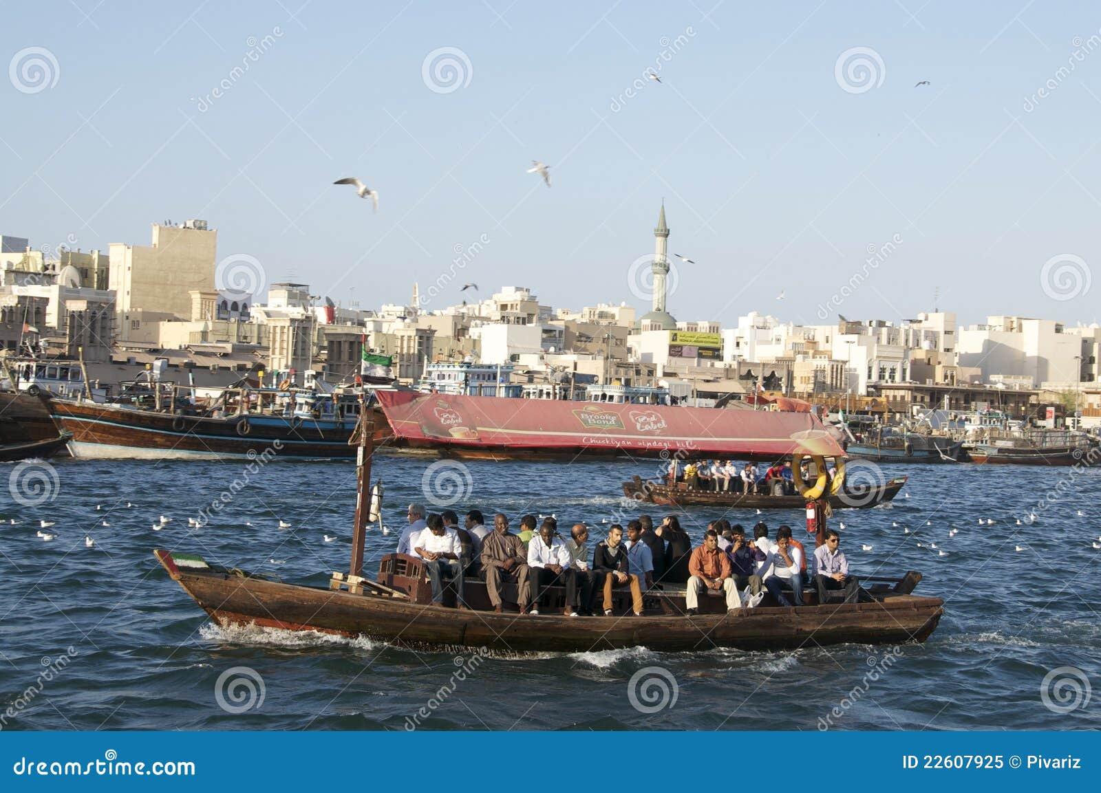 Vieux bateau croisant le Dubai Creek