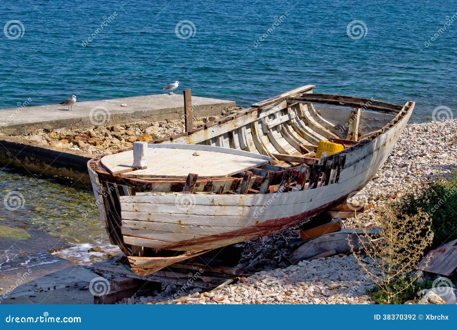 Vieux bateau en bois cass par la mer photographie stock image 38370392 - Bois noirci par la pluie ...
