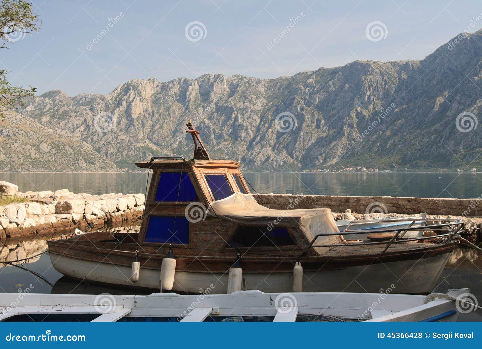 Vieux bateaux en bois à la marina en plan rapproché de Monténégro