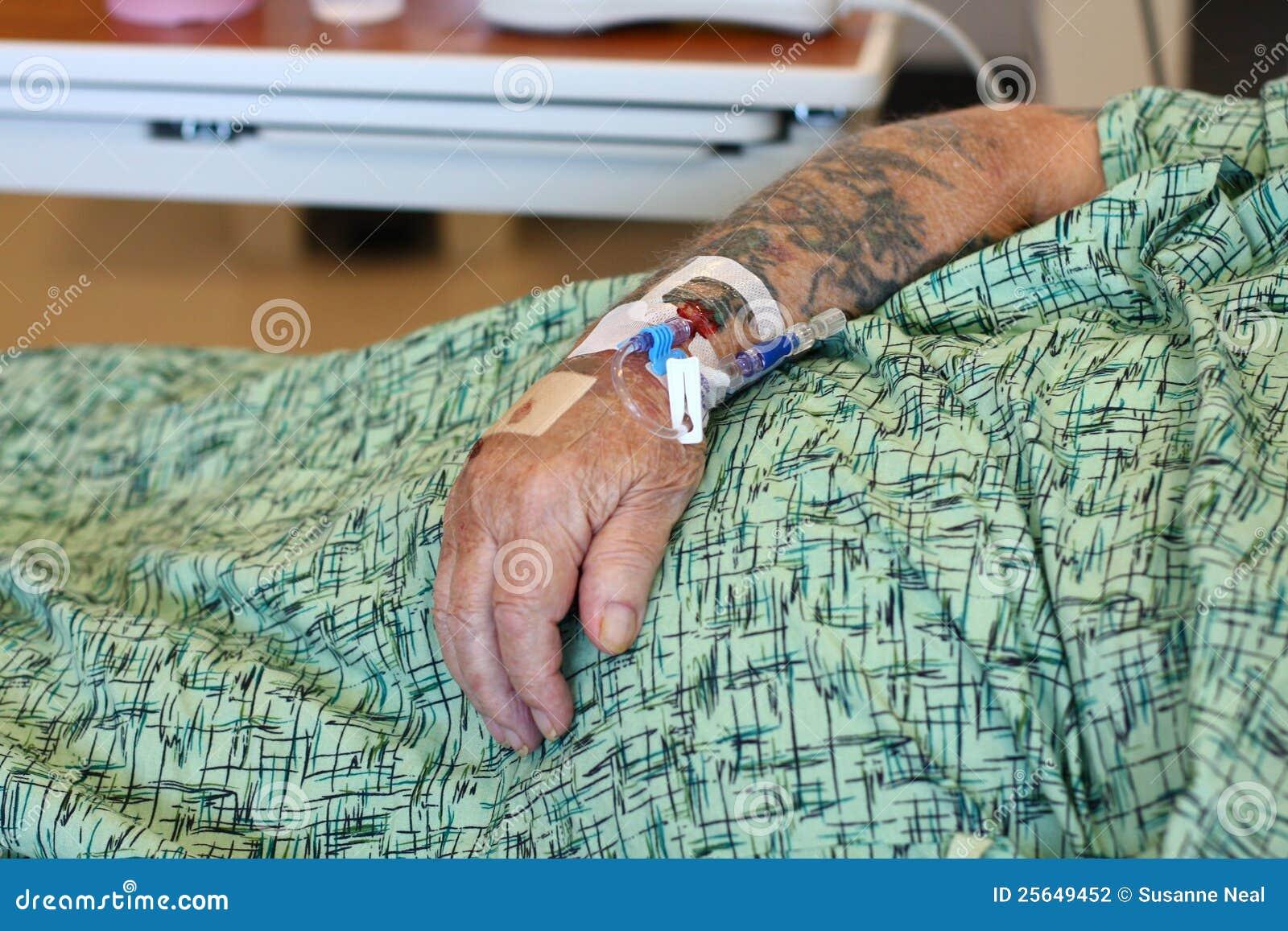 Vieux bras mâle d IV du patient hospitalisé