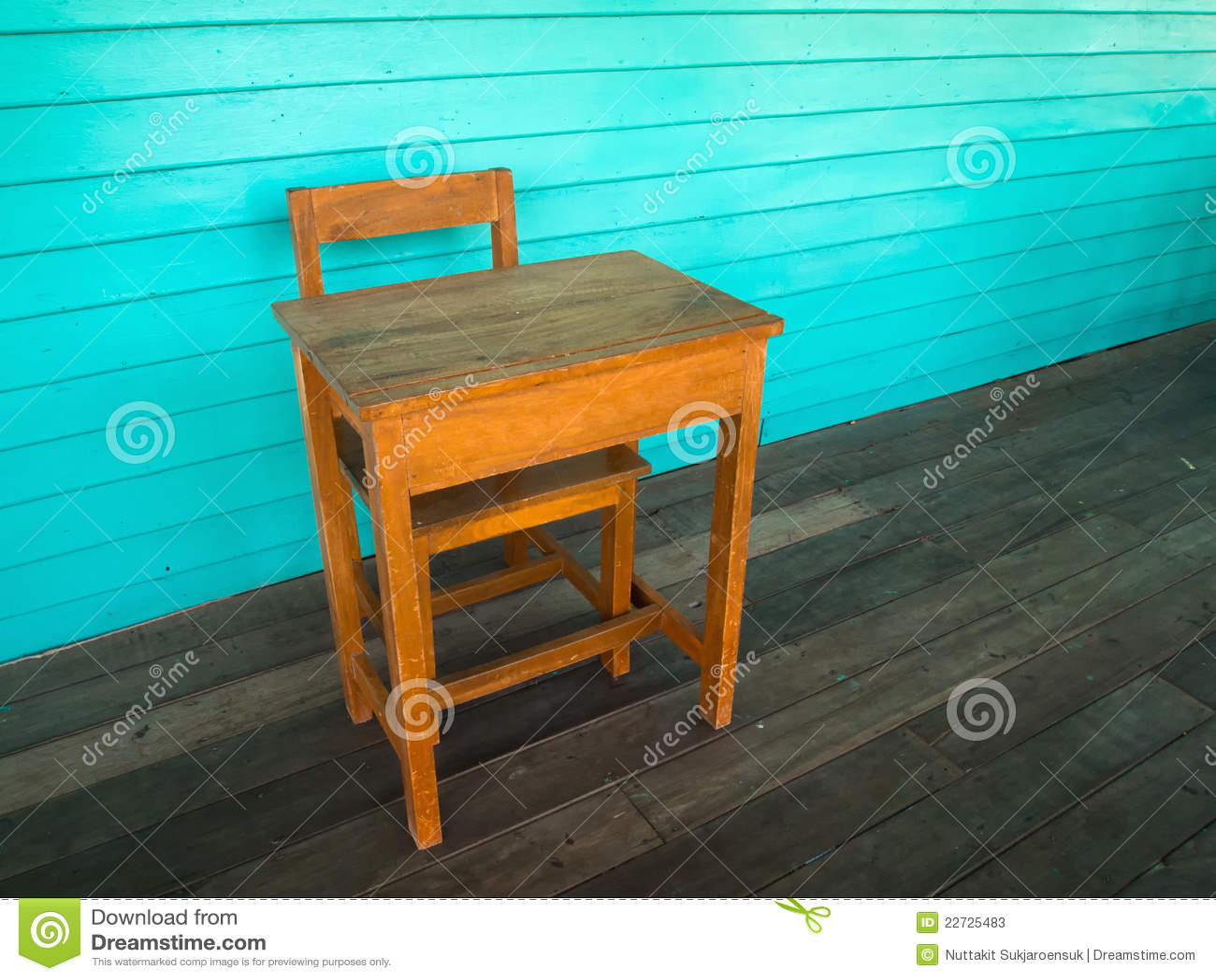 Vieux bureau et présidence en bois sur l étage en bois image stock