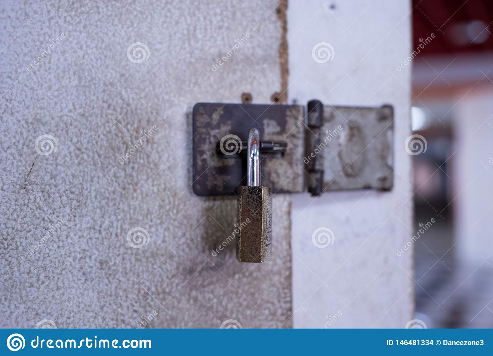 Vieux cadenas au casier blanc