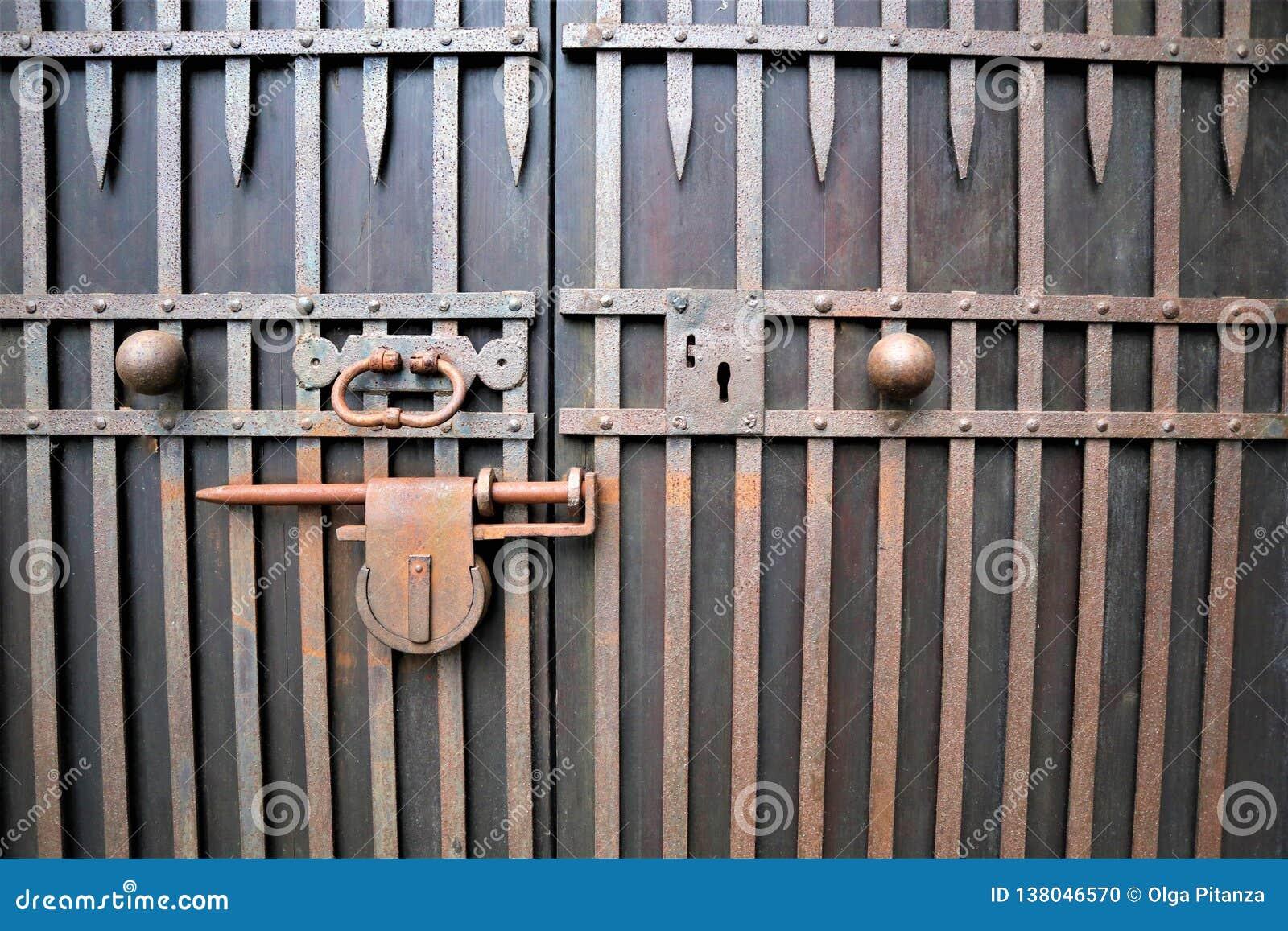 Vieux cadenas rouillé fermé