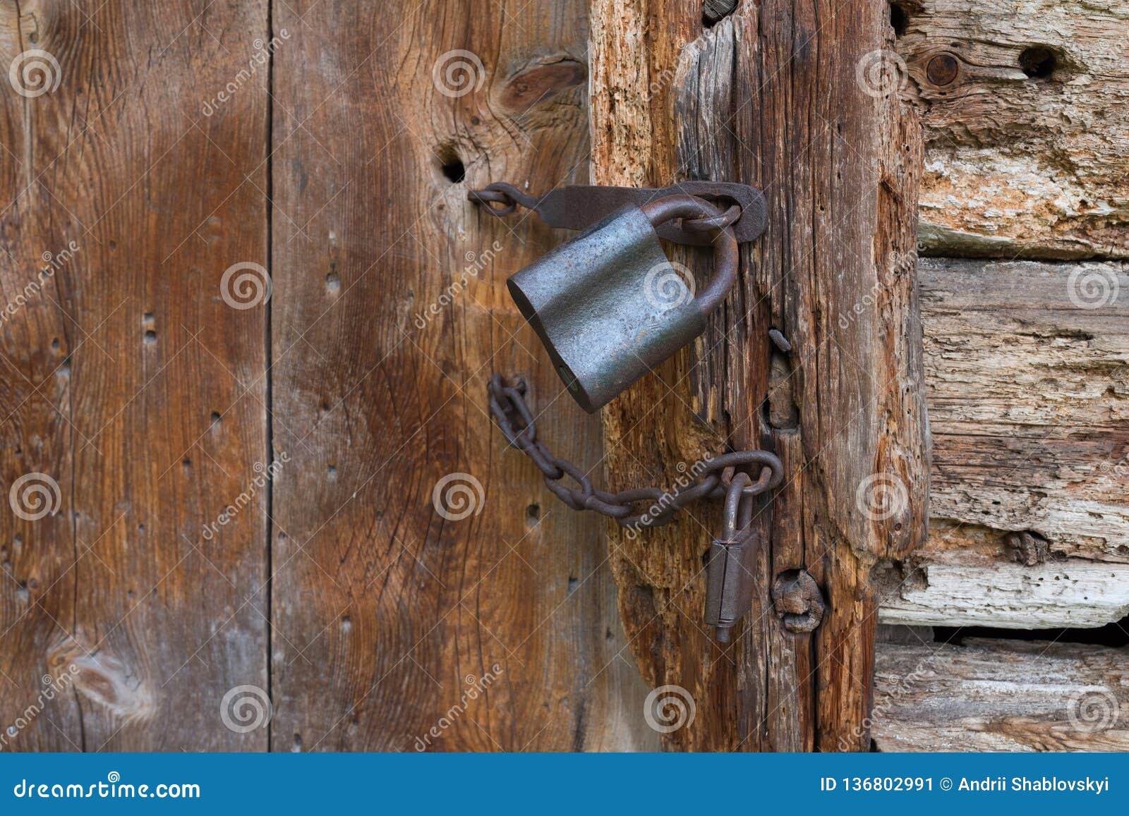 Vieux cadenas sur une trappe en bois Serrure rouillée de grenier