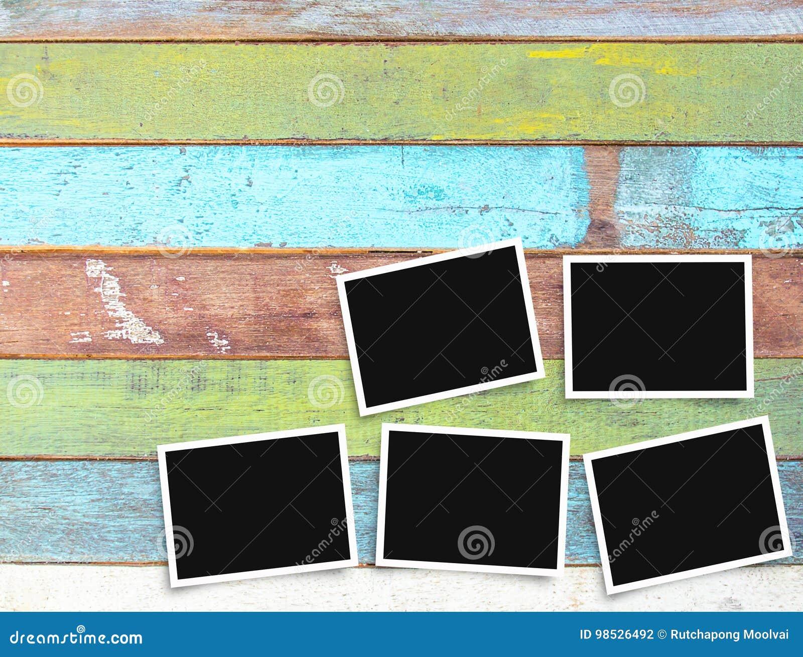 Vieux cadre vide noir et blanc de photo sur le bureau photo stock