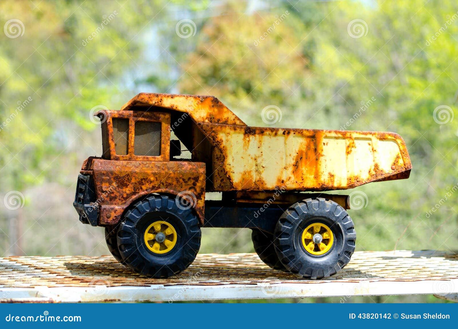 40 ans après... Corvette H.M.S. Bluebell - Class Flower - MATCHBOX - 1/72e - Page 4 Vieux-camion-%C3%A0-benne-basculante-rouill%C3%A9-de-jouet-43820142