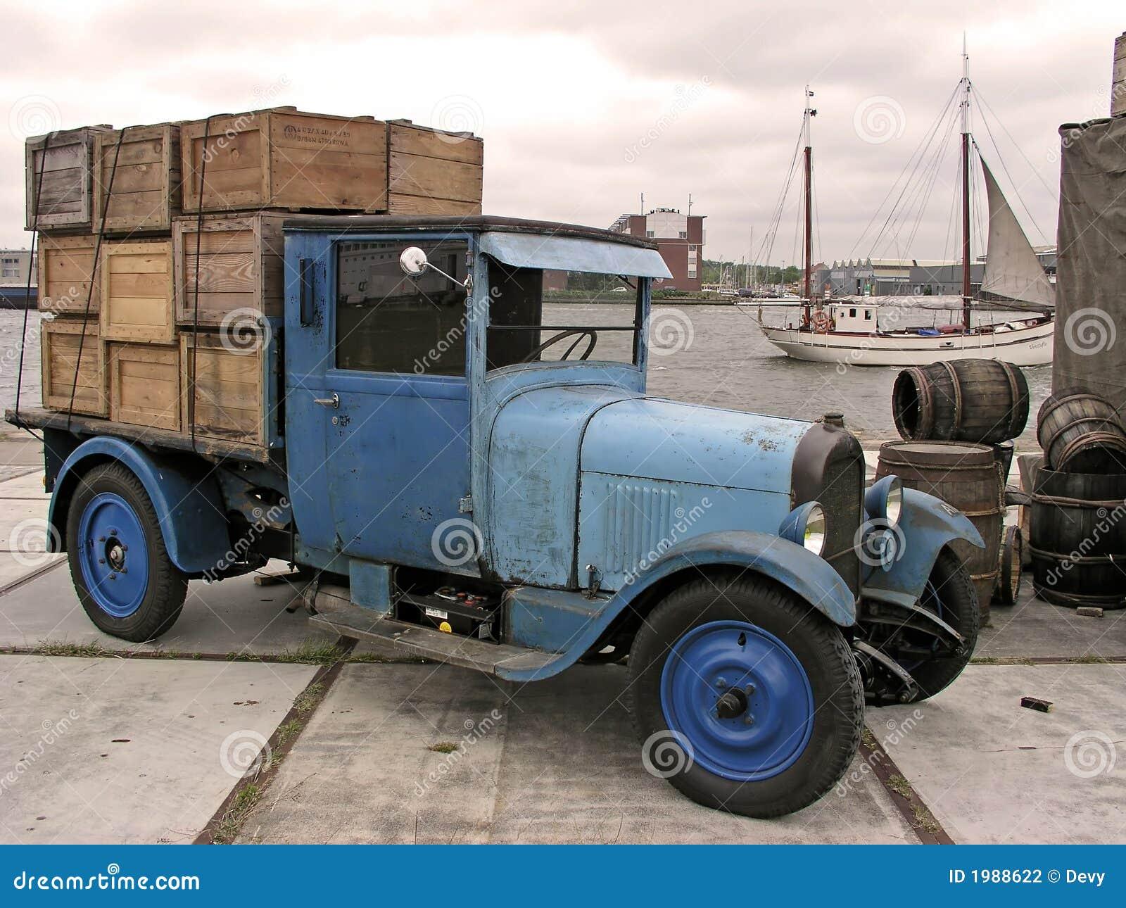 Vieux camion avec le chargement dans le port d Amsterdam