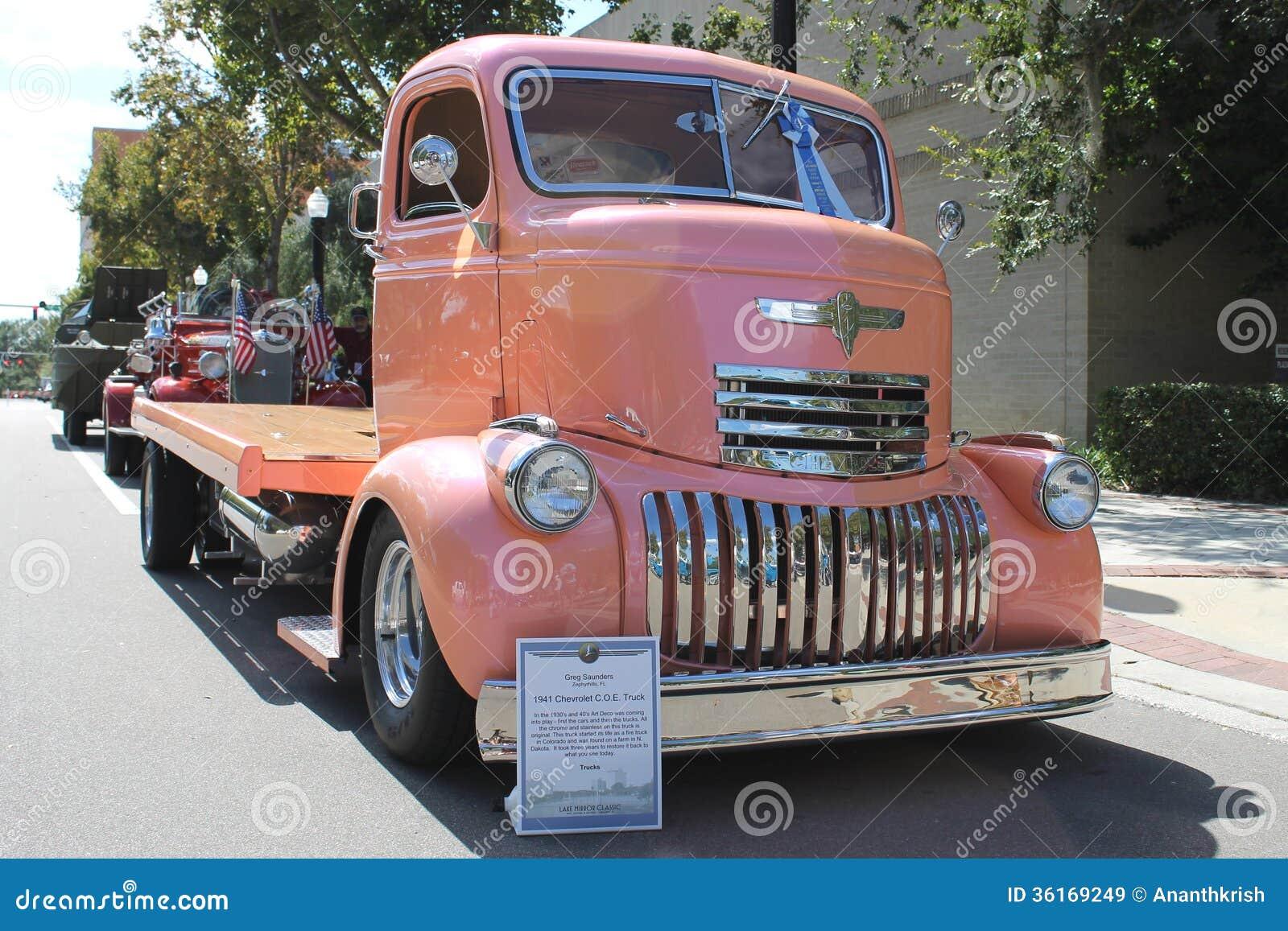 vieux camion de chevrolet au salon automobile image stock ditorial