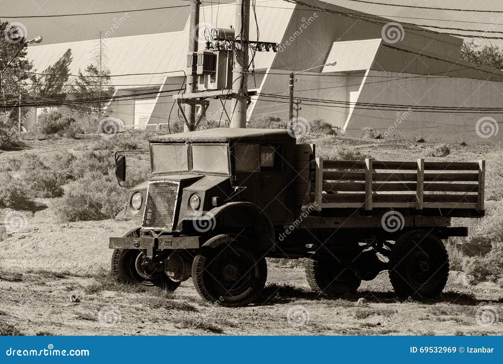 Vieux camion rouillé abandonné dans le b&w