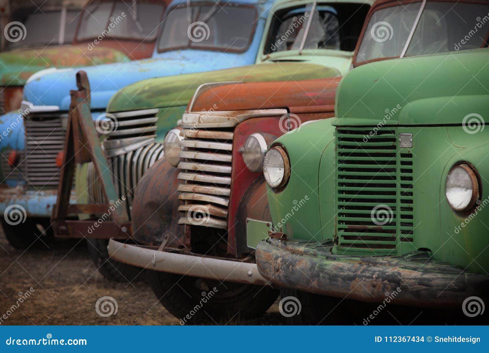 Vieux camions abandonnés rouillés
