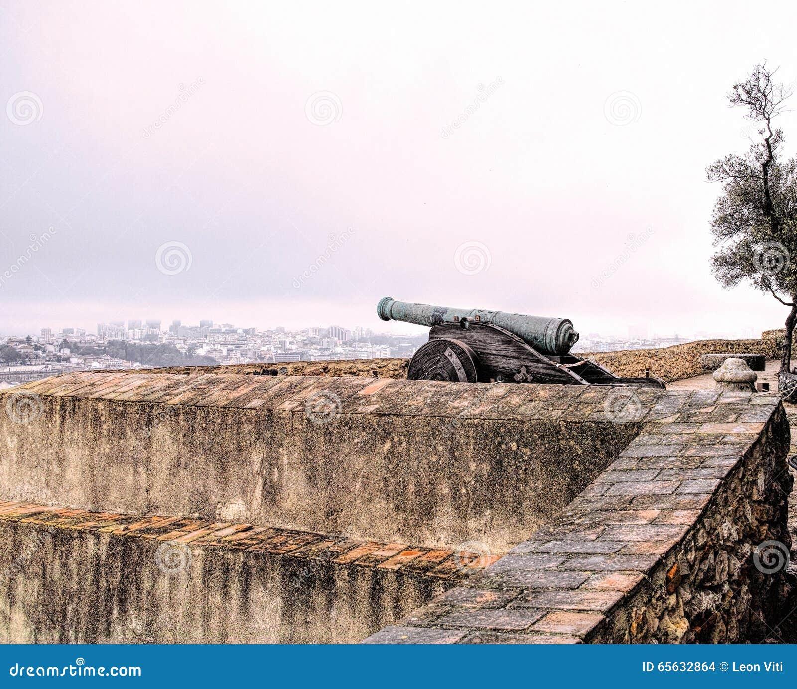 Vieux canon sur un mur de fort