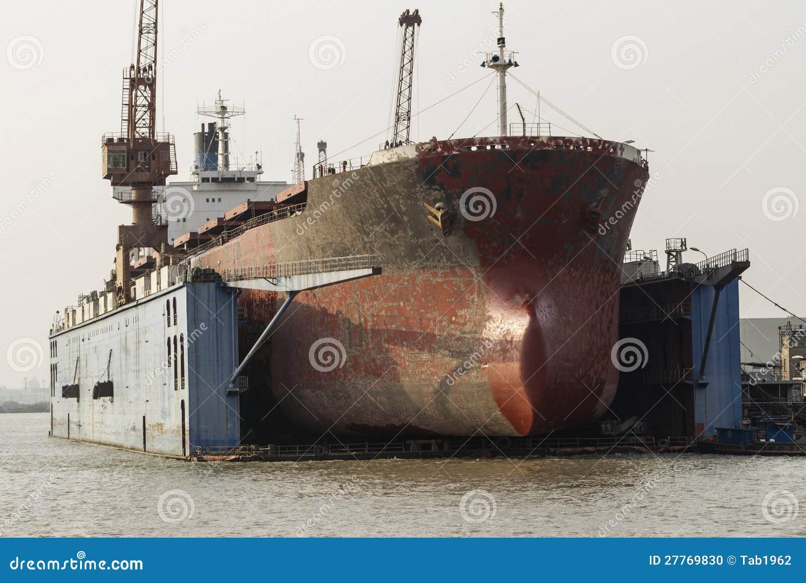 Vieux cargo sous la maintenance