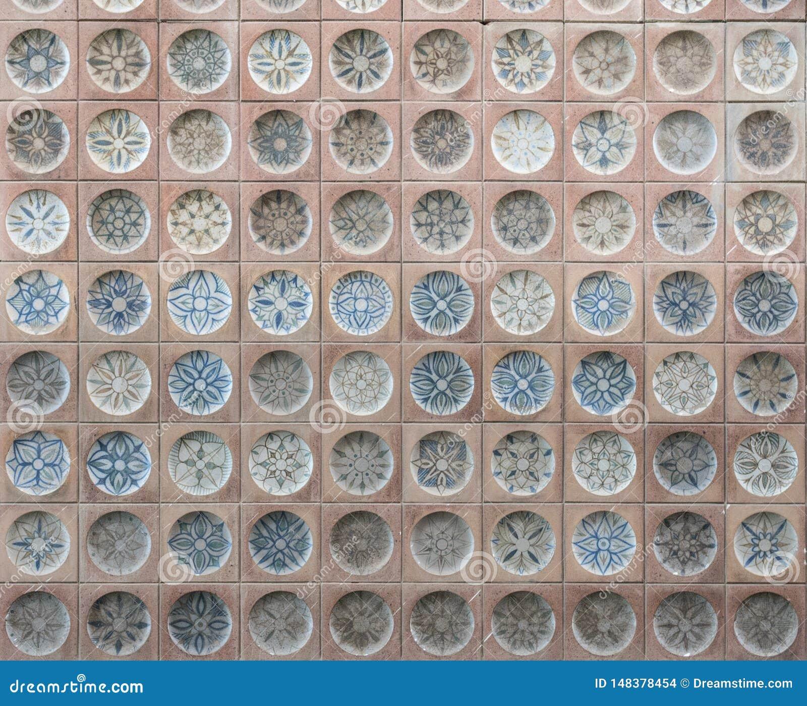 Vieux carreaux de céramique espagnols avec des modèles, faisant face sur le bâtiment