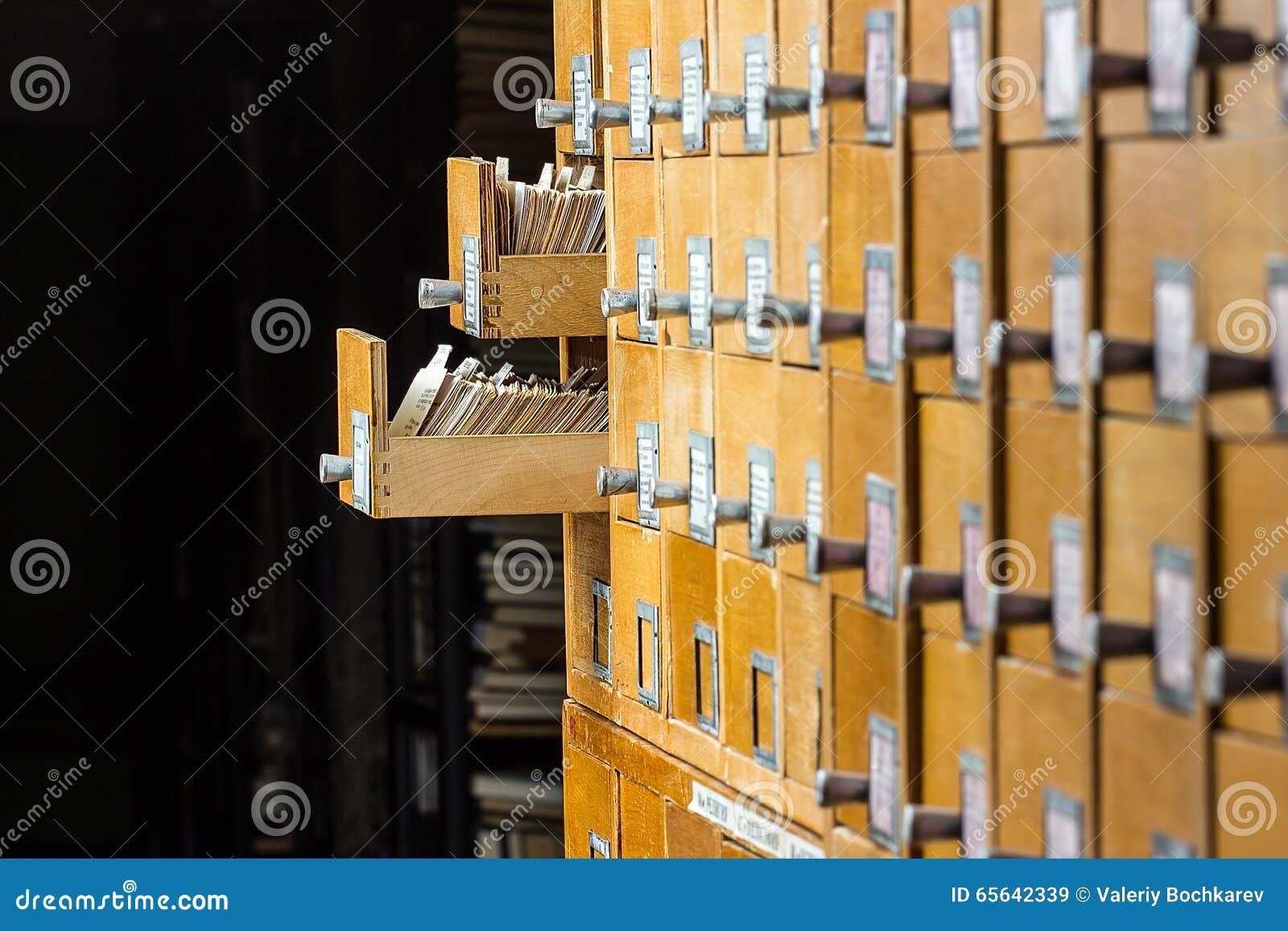 Vieux catalogue sur fiches en bois dans la bibliothèque d archives