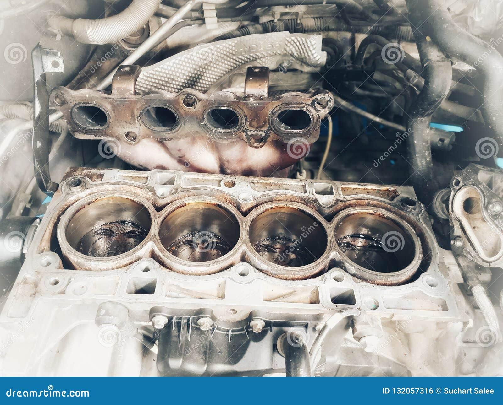 Vieux centre de service des réparations de voiture de pièces de rechange de voiture