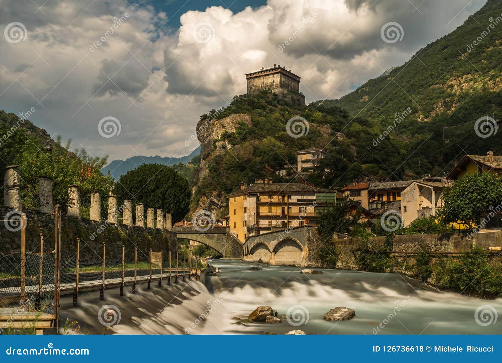 Vieux château en pierre d Aosta avec la rivière en Italie du nord