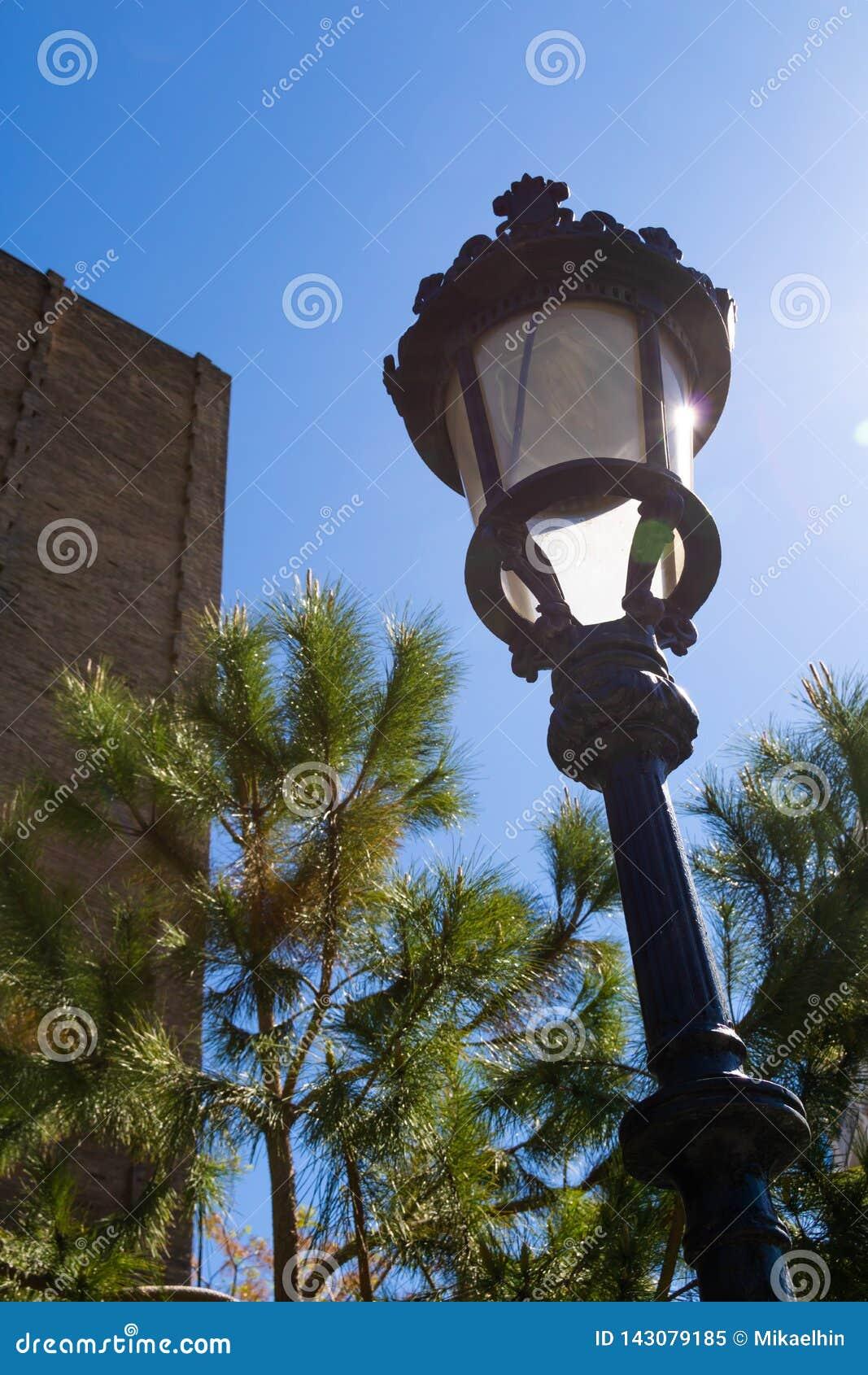 Vieux ciel bleu fasioned d agains de réverbère à Barcelone
