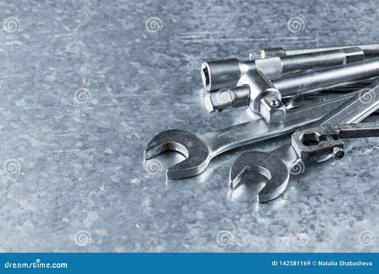 Vieux clé et outils et pièces de rechange de moteur