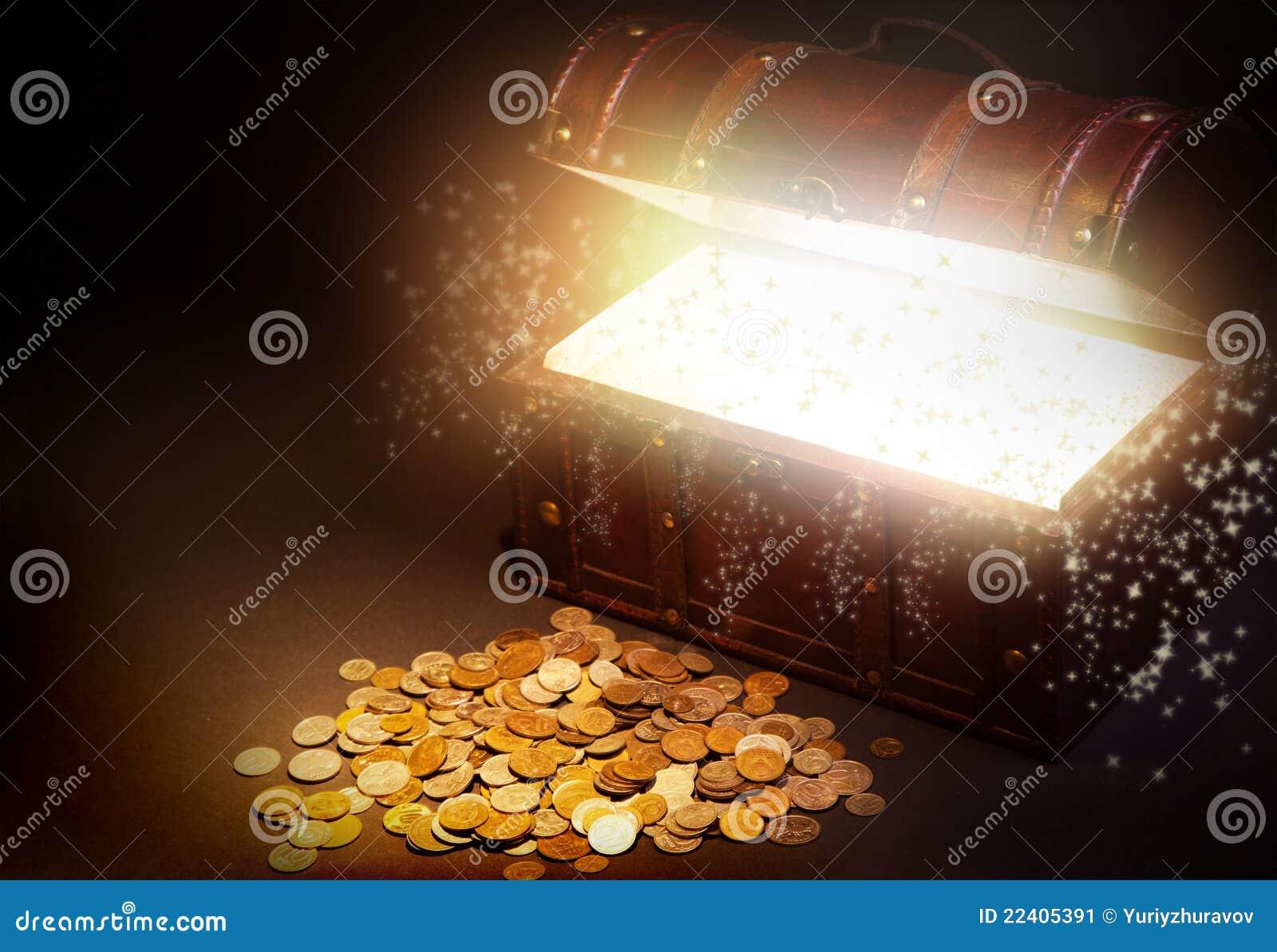 Vieux coffre de trésor en bois avec de l or