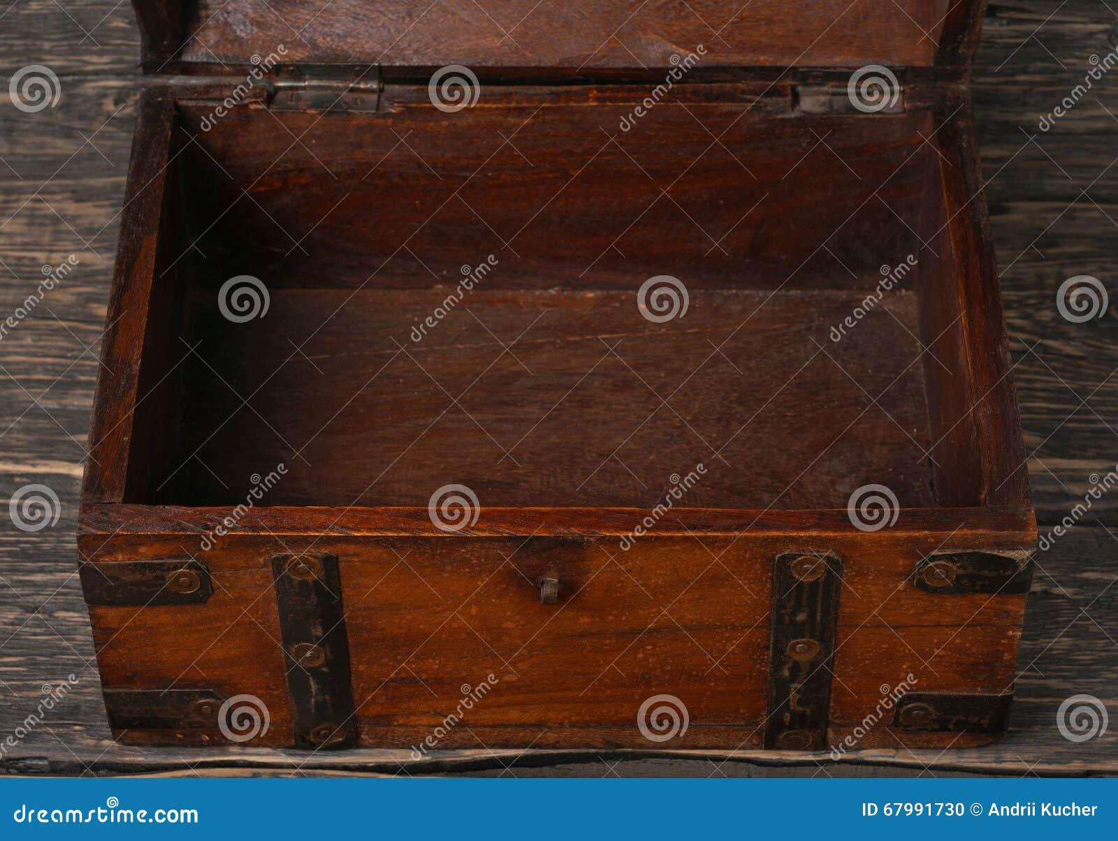 vieux coffre en bois ouvert photo stock image 67991730. Black Bedroom Furniture Sets. Home Design Ideas