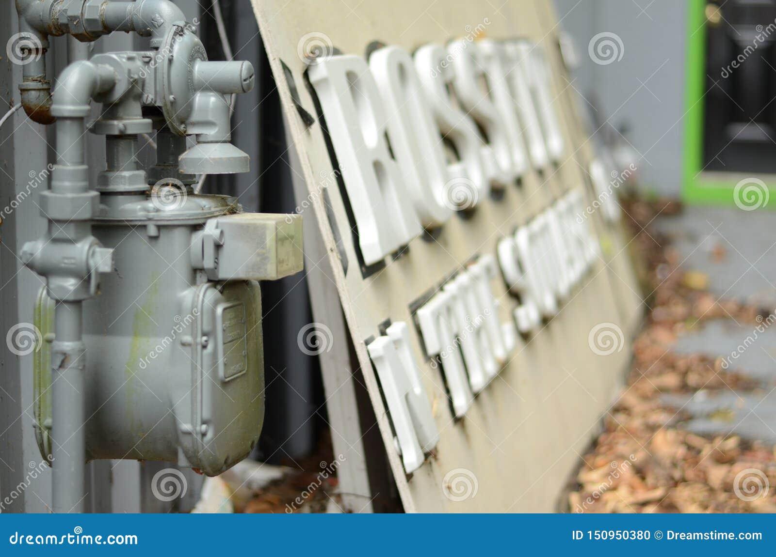 Vieux compteur à gaz à côté d un signe abandonné de crossfit