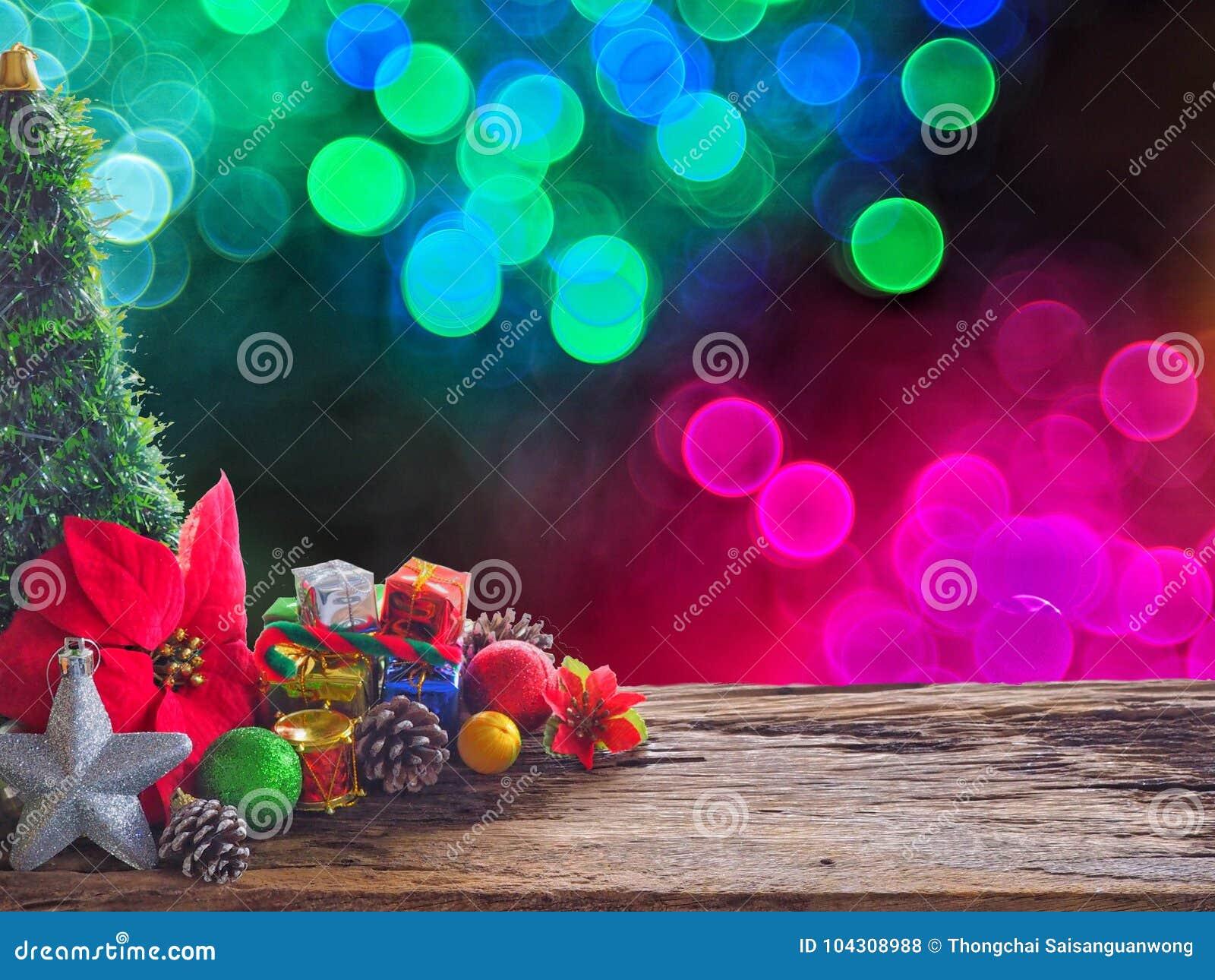 Vieux conseil et décorations en bois dans l espace disponible pour placer des objets Le bokeh de fond bouillonne coloré Noël et l