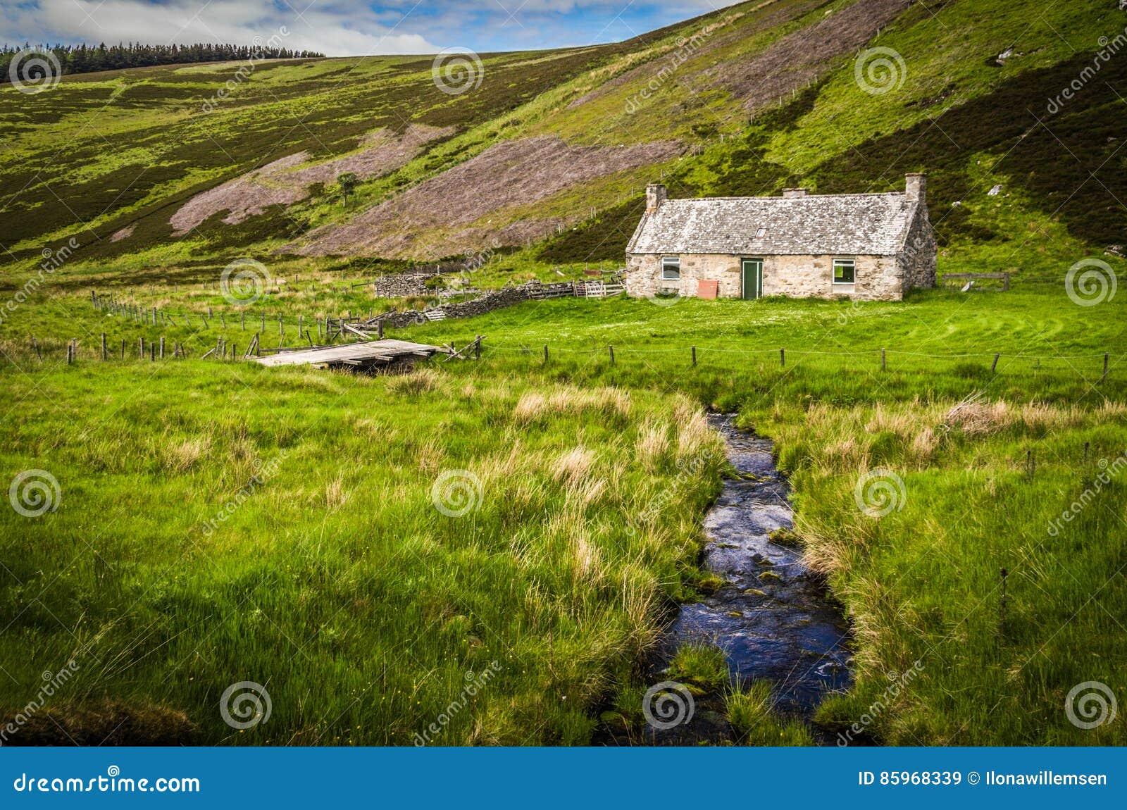 Vieux cottage abandonné par un courant de ondulation en Ecosse