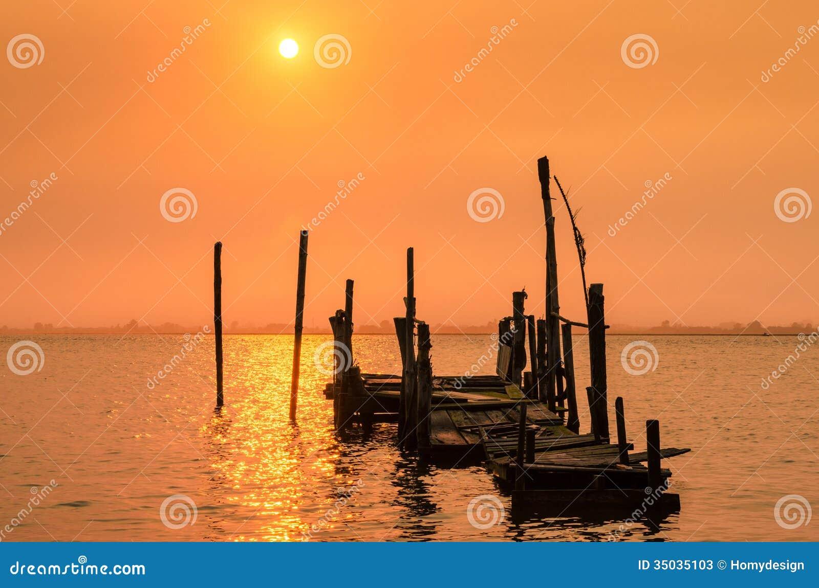 Vieux coucher du soleil de dock