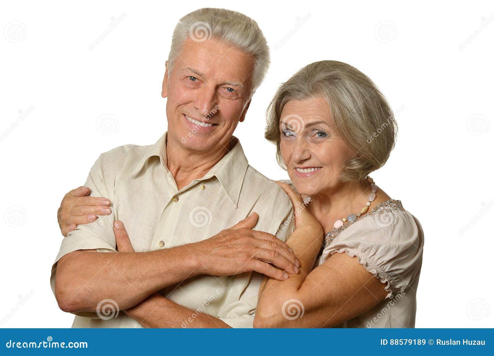 Vieux couples heureux embrassant sur un fond blanc