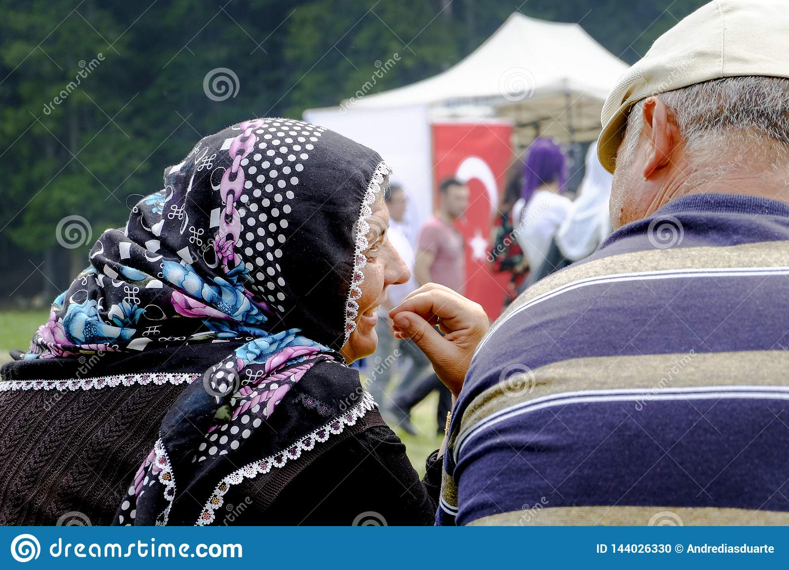 Vieux couples riant d un parc