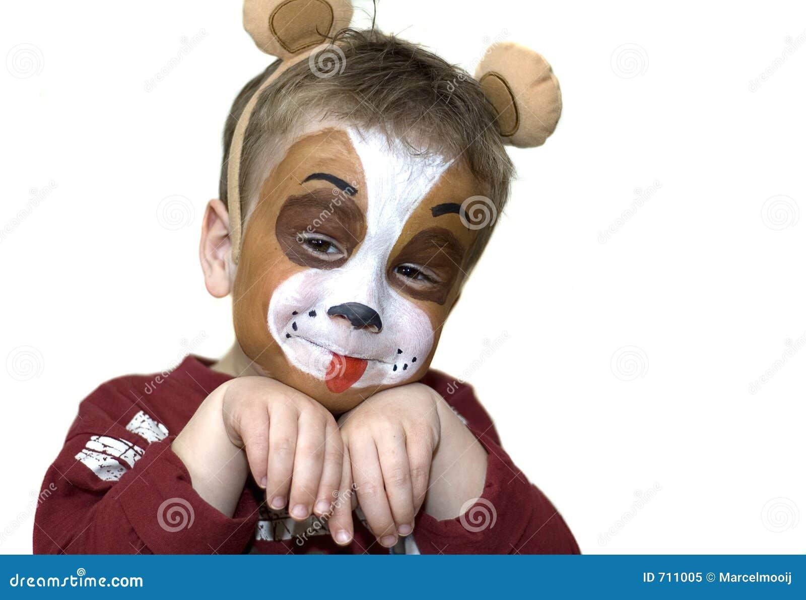 Vieux de cinq ans peint par visage