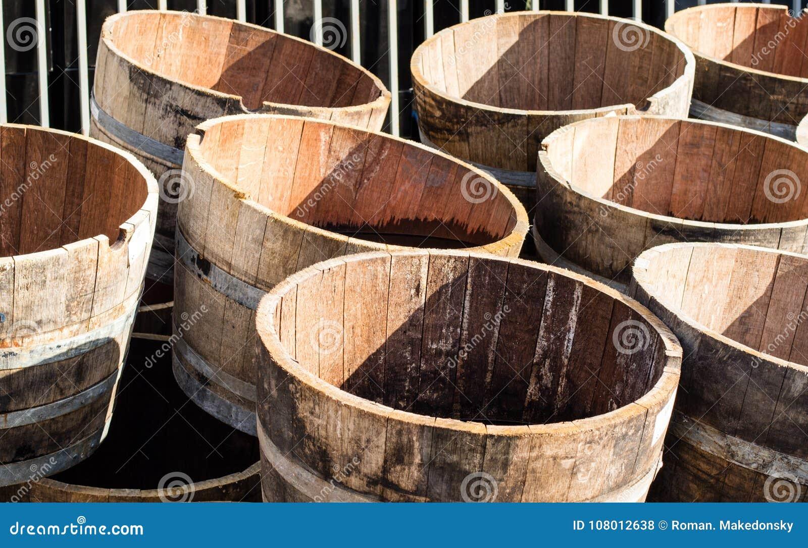 Demi Tonneau En Bois vieux demi barils en bois tonneaux de vin ex ayant une