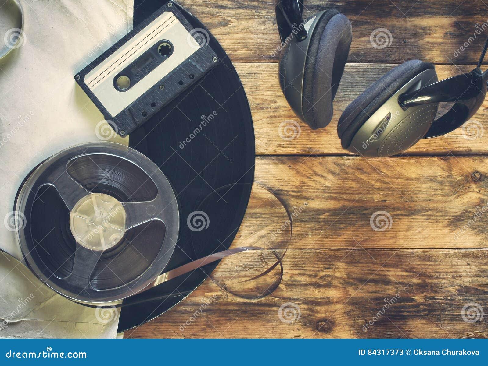 Vieux disque vinyle, cassette sonore, bobine de bande et écouteurs