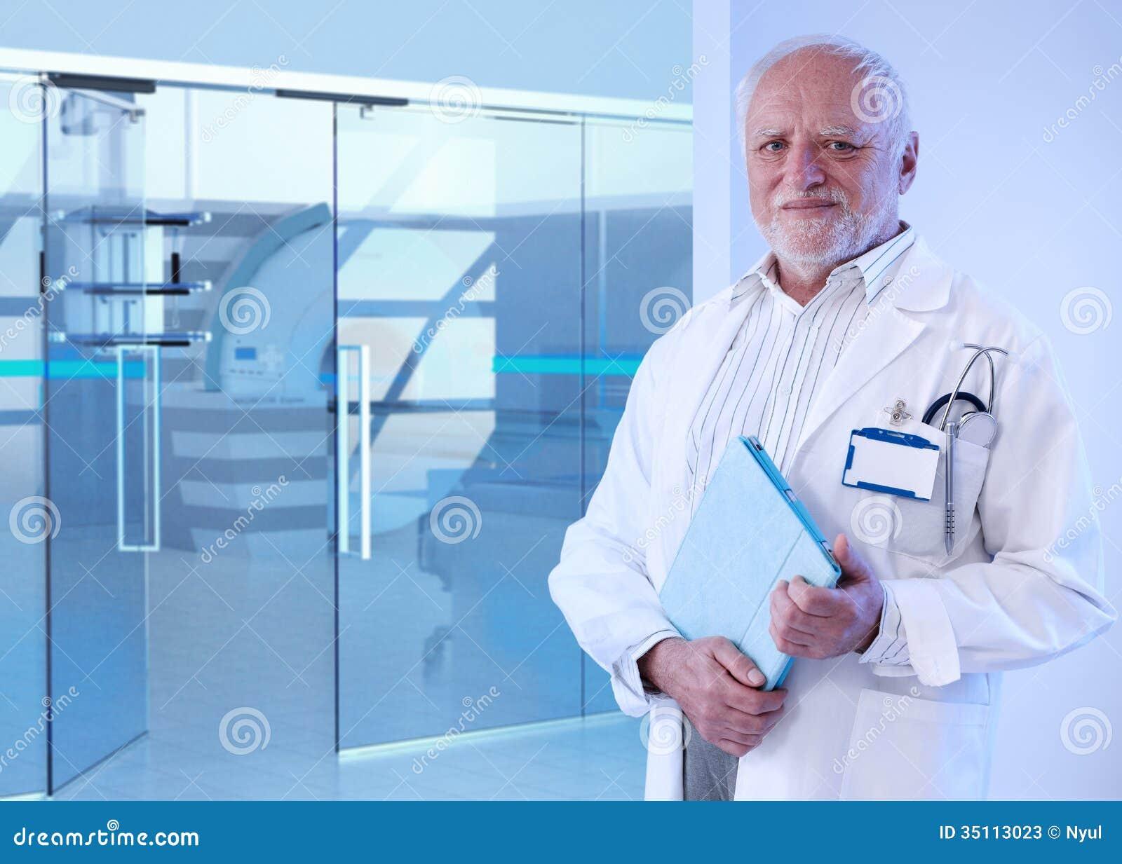 Vieux docteur se tenant dans la chambre d 39 irm de l 39 h pital for La chambre 13 hopital