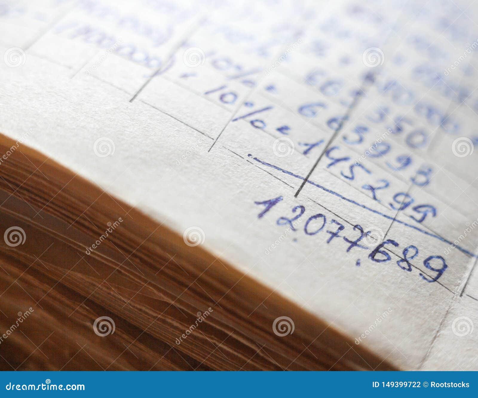 Vieux documents sur papier dans les archives