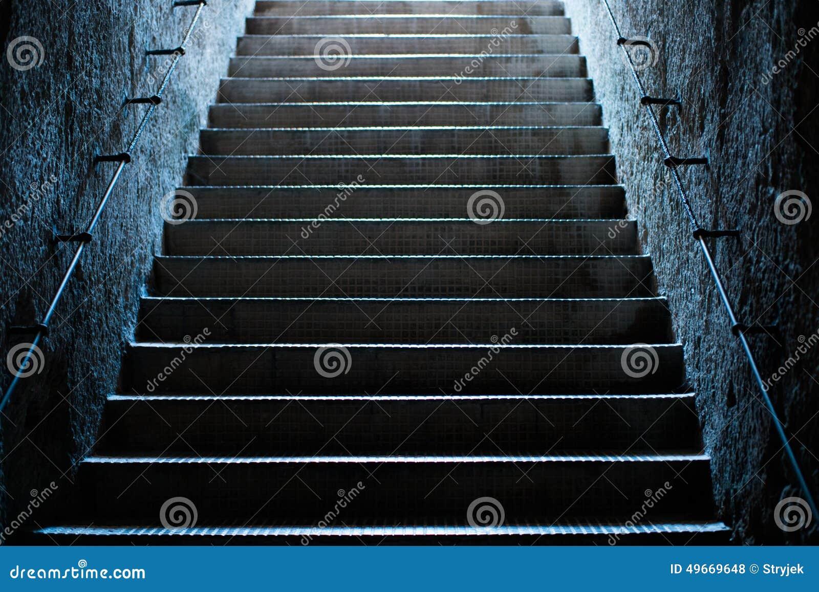 Vieux escaliers vides au souterrain