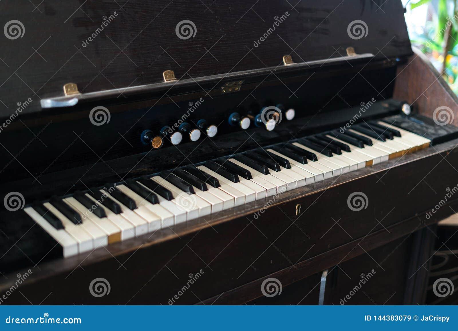 Vieux et poussiéreux clavier de piano Conseil principal noir et blanc sur l instrument de musique de cru