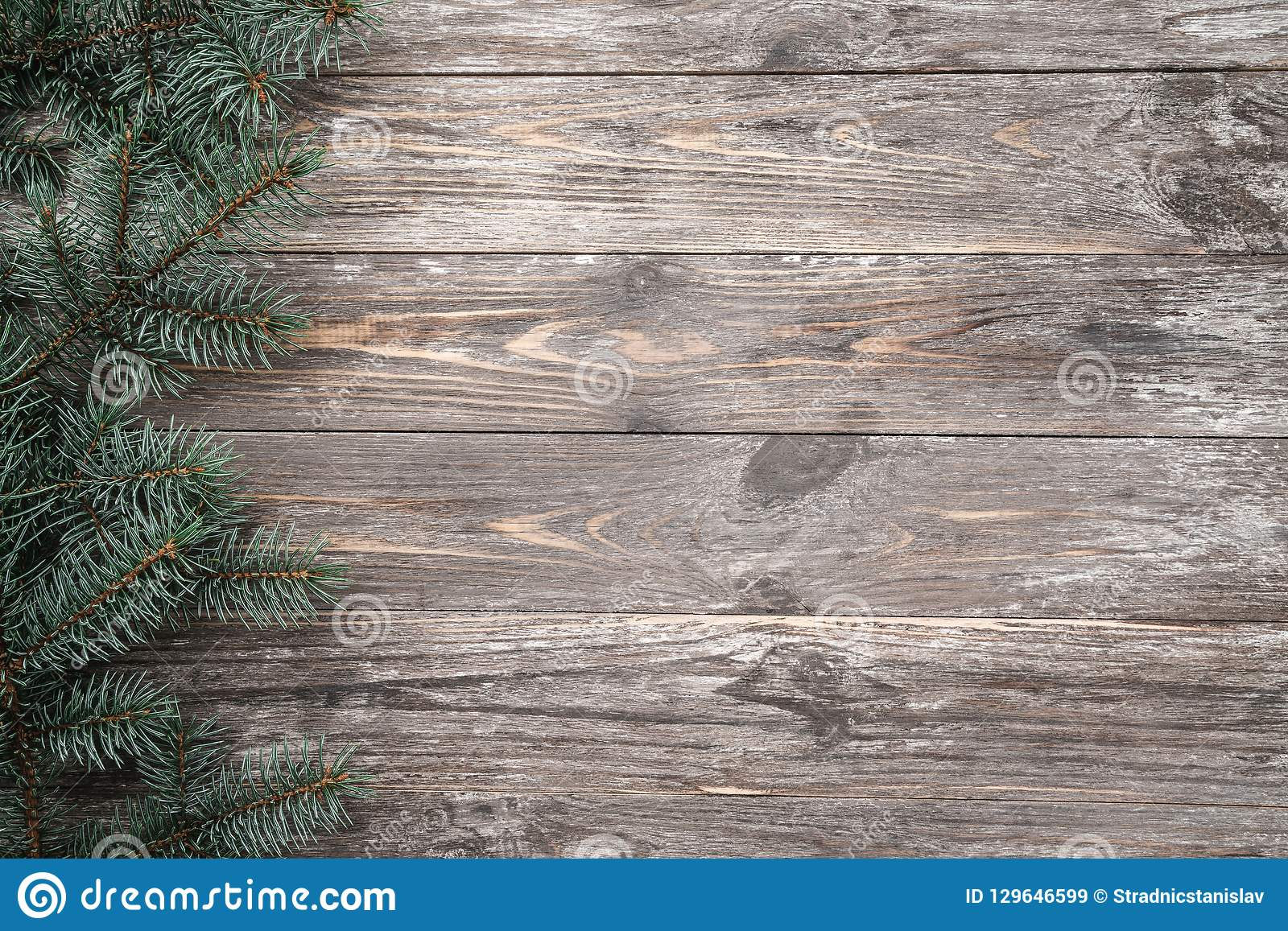 Vieux fond en bois avec des branches de sapin L espace pour un message de salutation Carte de Noël Vue supérieure