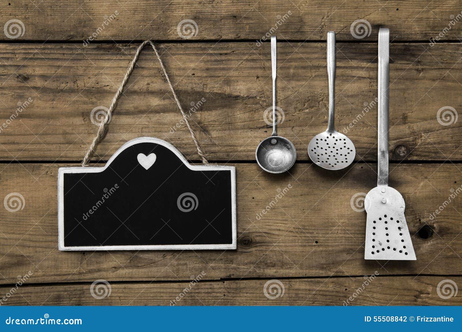 Vieux fond en bois de cuisine avec la vieille vaisselle de for Vieux ustensiles de cuisine