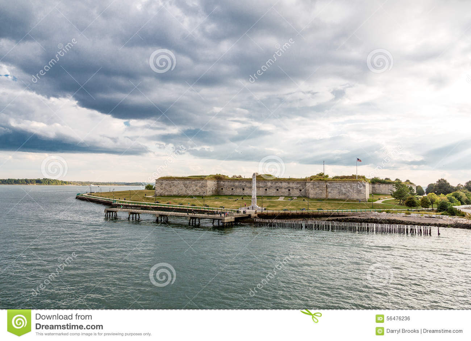 Vieux fort sous le ciel orageux