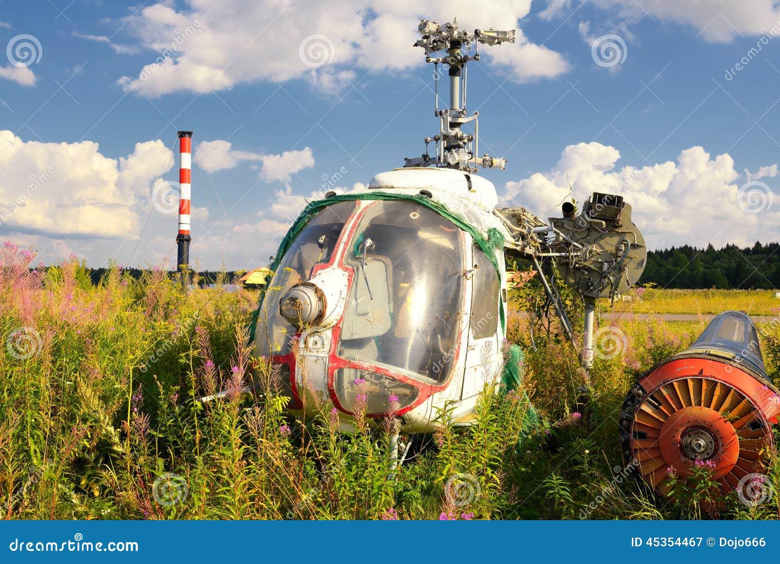 Vieux fuselage d avion et hélicoptères rouillés sur l herbe verte