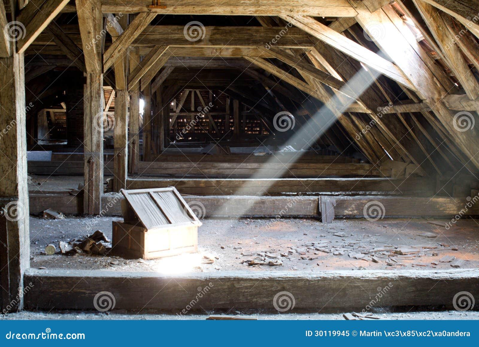 Vieux grenier d 39 une maison secrets cach s image stock for Agrandissement maison grenier