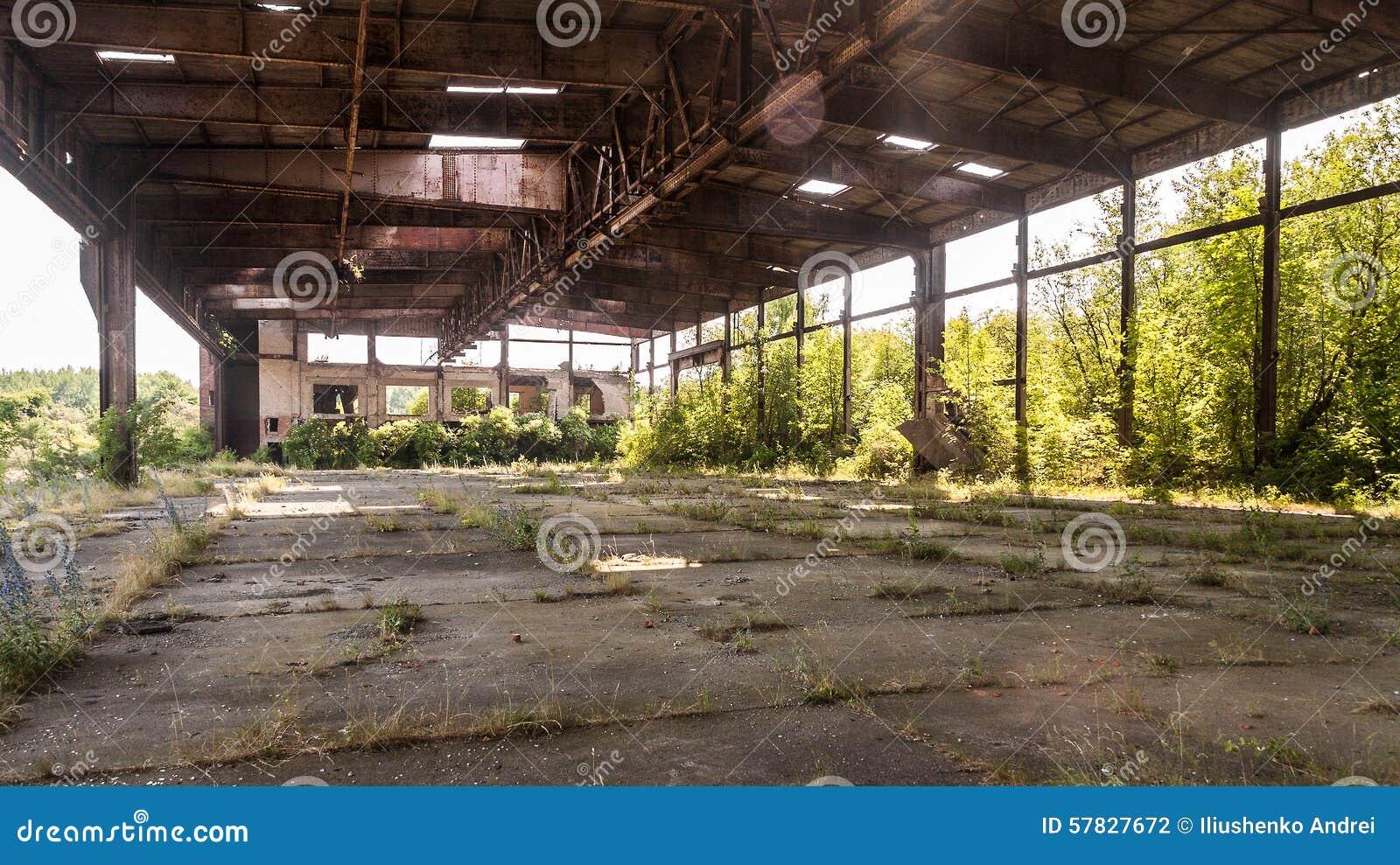 Vieux hangar abandonné de la base aérienne militaire photographie stock