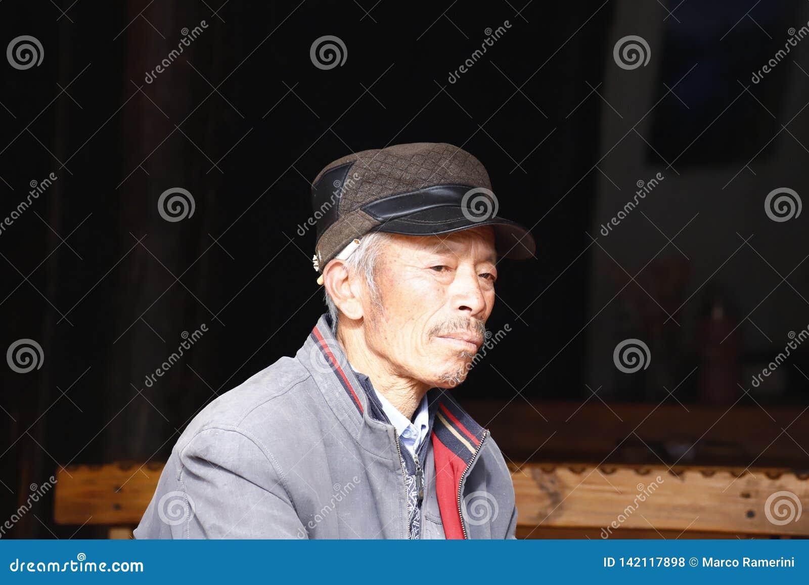 Vieux hommes au marché dans Yunnan, Chine