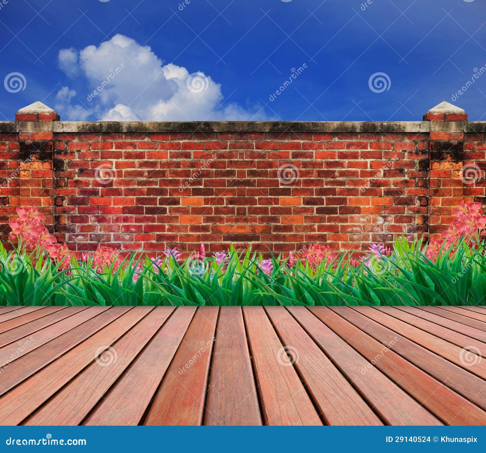 Vieux Jardin De Terrasse De Mur De Briques Et En Bois Photo