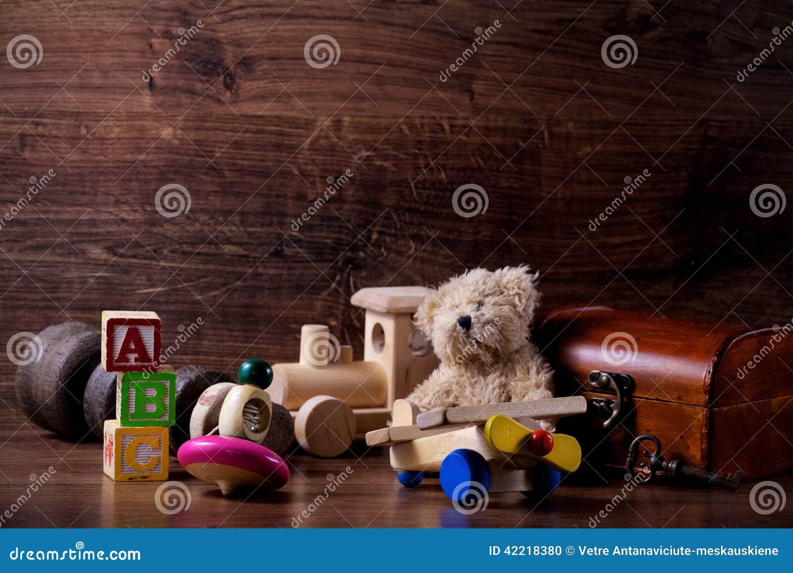vieux jouets en bois d 39 enfants avec l 39 ours de nounours photo stock image 42218380. Black Bedroom Furniture Sets. Home Design Ideas