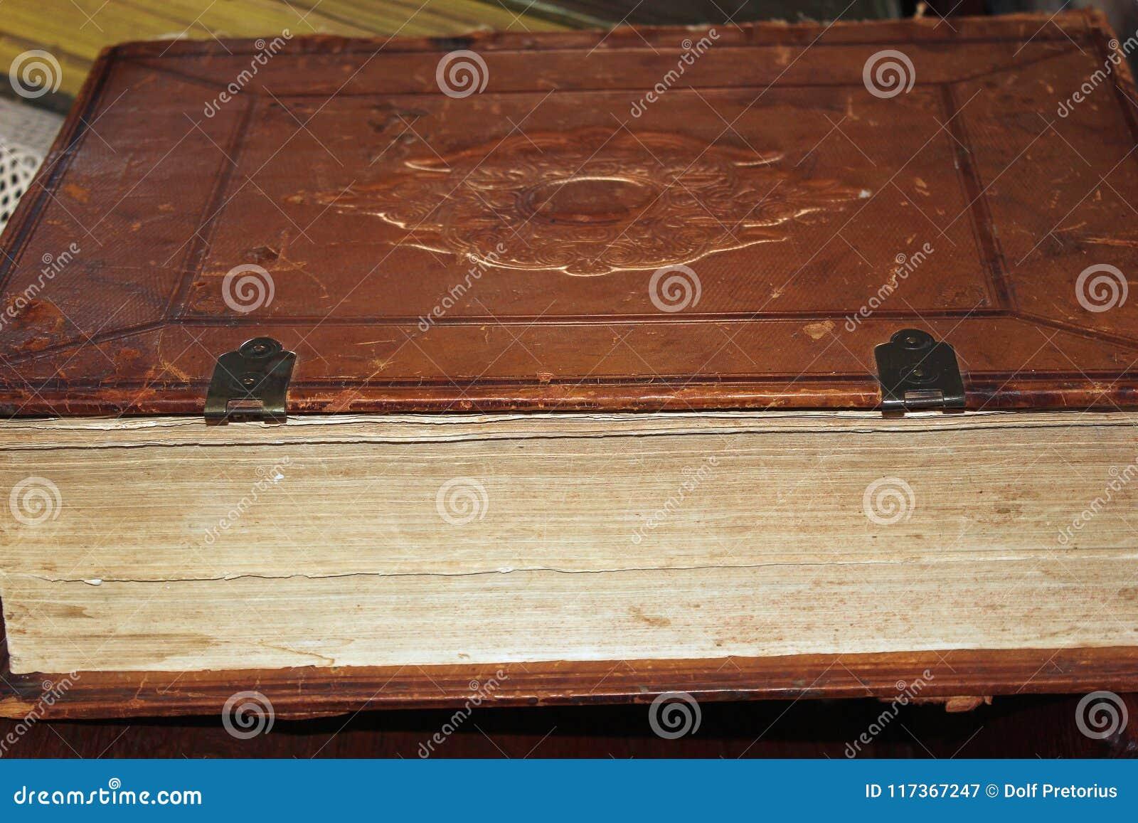 Vieux livre attaché en cuir se trouvant de son côté